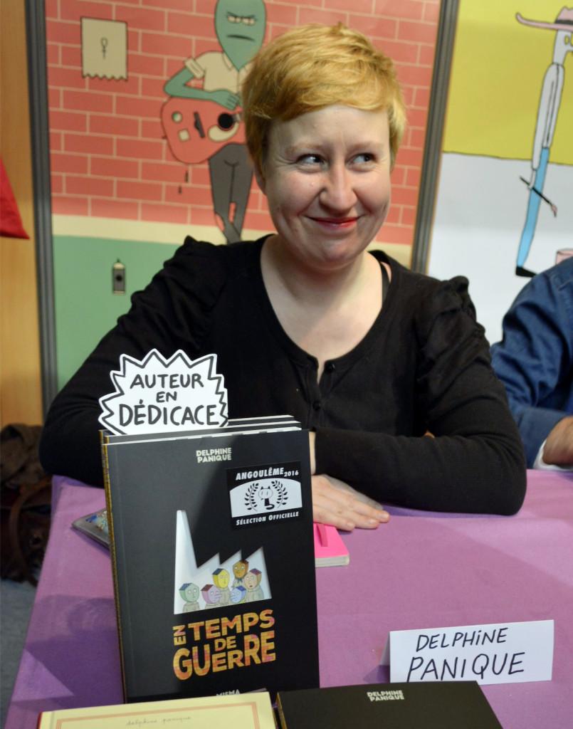 """Delphine Panique, autora de """"En temps de guerre"""" dando autógrafos durante o festival de Angoulême de 2016. Arquivo pessoal"""