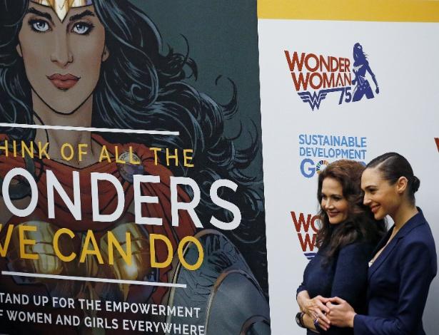 21out2016-as-atrizes-lynda-carter-65-e-gal-gadot-31-se-encontram-em-evento-da-onu-que-torna-a-mulher-maravilha-embaixadora-da-para-o-empoderamento-feminino-1477076326336_615x470